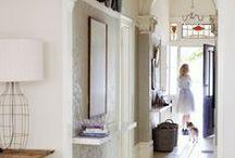 Gang / Jeg tenker en moderne stil med tema natur. Ønsker meg fiskeben gulv. Vil ha verdenskartet malt på veggen. Hadde vært gøy med en kul lysekrone i taket.