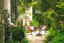 L'art de vivre en terrasse / Le Petit Palais d'Aglaé est doté de plusieurs terrasses d'où il est possible d'admirer le Luberon. Avec nos salons d'été et d'hiver, nous invitons nos hôtes à toujours rester connectés avec la nature et l'espace environnant.