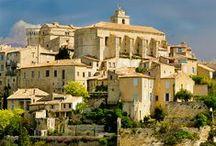 Gordes - Village de charme / Gordes fait partie des plus beaux villages du Luberon !  Ses maisons en pierre sèche de couleur claire s'alignent en spirale autour du rocher sur lequel est posé le village avec à son sommet l'église et le château qui font face aux collines fleuries de lavande.