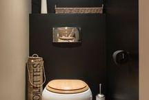 P R O J E C T ::: T O I L E T / Ons toilet is het toonbeeld van oubolligheid, en ik vind de w.c. nou juist het uitgelezen vertrek om je eens even uit te laten met het décor!  ~~~ stuivervloer, zwarte muren, koper accessoires, w.c. bril, spiegel, zeep ~~~