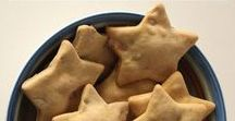 Peanut Butter Dog Treats / Looking for a simple dog treat recipe? Check out these quick & easy peanut butter dog treats!