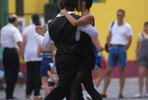Duo Dance / Tarde humeda que cobija.  Dos siluetas andaban solas.  Se deslizan a media luz, sombras en la intimidad.  Se entrelazan sentimientos que desatan con la cadera. Calavera con calavera bailan en la oscuridad en busca del amor. / by Open Art