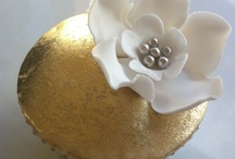 Gold Cupcake Wrappers / Parties that sparkle! We've found some glittery ideas for you next Gold parties. Enjoy / by Bella Cupcake Couture