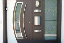 Haustüren und Portale / Die Auswahl der richtigen und passenden Haustür ist bei unseren Türen dank fortschrittlichster Technik ein Vergnügen für Sie. Hier finden Sie einige Vorschläge bereits realisierter Projekte an Privathäusern in Wiesbaden und Umgebung