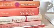 LieblingsBÜCHER / Ich lese selten Romane. Weil ich viel lieber in Büchern über Yoga, Meditation & Bewusstsein schmökere. Ich kann mich kaum entscheiden: Magie und Wunder, Kreativität und Spiritualität, Neurowissenschaft und Quantenphysik. Vor allem aber müssen Bücher für mich echt und Buchstaben auf Papier gedruckt sein. Auf dieser Pinnwand findest du jene Bücher, die sich auch in meinem Regal und auf meinem Nachttisch stapeln.