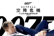 """007 - Bond, James Bond / James Bond (l'agente 007) - Nel 1952 Ian Fleming, fresco sposo della contessa Anne Geraldine Rothermere Charteris, per """"sconfiggere la noia della vita coniugale"""" si mette al lavoro del primo romanzo di una serie destinata a rivoluzionare il mondo del cinema e della letteratura. Si tratta di Casinò Royale che sarà pubblicato l'anno successivo e che introduce l'agente segreto britannico per antonomasia: James Bond. ."""