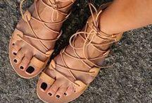 Sapatos / Sapatos, botas, sandálias, rasteirinhas, sapatilhas, chinelinhos... É difícil eu usar salto alto e mais fino, prefiro o conforto dos mais baixinhos ou saltos mais grossos que me dêem segurança, mas em ocasiões especiais, não tem jeito, acabo usando os finos também! Ah, eu também amo TÊNIS, mas tem um painel específico pra eles aqui no meu Pinterest! :)