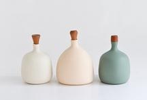 Céramiques, porcelaines, polymère, etc. / poterie, céramique, porcelaine, en blanc surtout, mais un peu de noir aussi ;)