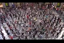 FLASHMOB and CHEERLEADERS DANCES / Parce que ça rend les gens heureux