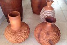 Floreros especiales / Floreros y vasijas hechas a mano con una técnica especial de acabado arrugado, con grietas y texturas especiales.