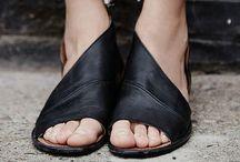 En los pies...
