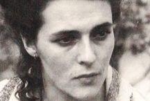 """Leonora Carrington / Leonora Carrington (née le 6 avril 1917 à Clayton Green, Lancashire, et morte à Mexico le 25 mai 2011) est une artiste peintre et romancière, avec une forte influence de la mexicaine Frida Kalho. Elle rencontre Max Ernst lors d'une exposition à Londres. Le couple part pour la France, s'installe à Saint-Martin-d'Ardèche dans une maison qu'il décore de ses sculptures. André Breton admire ses textes et inclut le conte «La Débutante» dans son «Anthologie de l'humour noir""""."""