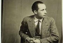 Louis Aragon / Louis Aragon est un poète, romancier et journaliste, né probablement le 3 octobre 1897 à Paris et mort le 24 décembre 1982 dans cette même ville. Il est également connu pour son engagement et son soutien au Parti communiste français de 1930 jusqu'à sa mort. Avec André Breton, Paul Éluard, Philippe Soupault, il fut l'un des animateurs du dadaïsme parisien et du surréalisme. À partir de la fin des années 1950, nombre de ses poèmes ont été mis en musique et chantés.