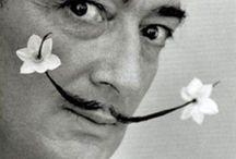 Dali / Salvador Domingo Felipe Jacinto Dalí i Domènech, connu comme Salvador Dalí, marquis de Dalí de Púbol, né à Figueras le 11 mai 1904 et mort dans la même ville le 23 janvier 1989, est un peintre, sculpteur, graveur, scénariste et écrivain catalan de nationalité espagnole. Il est considéré comme l'un des principaux représentants du surréalisme et comme l'un des plus célèbres peintres du xxe siècle.