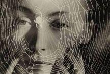 Nusch Eluard / Nusch Éluard, née Marie Benz le 21 juin 1906 à Mulhouse1 (alors partie de l'Empire allemand) et morte le 28 novembre 1946 à Paris, est un modèle et une égérie des surréalistes et la deuxième épouse de Paul Éluard. Marie Benz est la fille de Marie Joséphine Juchert et d'Auguste Benz. Elle naît à Mulhouse, alors partie de l'empire allemand. A Paris vers 1928, elle se produit comme actrice, acrobate ou hypnotiseuse au Théâtre du Grand-Guignol.
