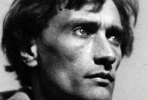 Antonin Artaud / Antonin Artaud, né Antoine Marie Joseph Paul Artaud, à Marseille, le 4 septembre 1896 et mort à Ivry-sur-Seine le 4 mars 1948, est un théoricien du théâtre, acteur, écrivain, essayiste, dessinateur et poète français.  La poésie, la mise en scène, la drogue, les pèlerinages, le dessin et la radio, chacune de ces activités a été un outil entre ses mains, « un moyen pour atteindre un peu de la réalité qui le fuit ».