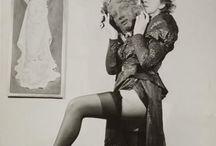 Leonor Fini / Leonor Fini, née à Buenos Aires, Argentine, le 30 août 1908, et morte à Paris le 18 janvier 1996, est une artiste peintre surréaliste, décoratrice de théâtre et écrivaine, d'origine italienne.En 1937, elle quitte l'Italie pour Paris et rencontre André Breton et les surréalistes. S'inspirant de leurs théories, elle expérimente le « dessin automatique ». Elle se lie d'amitié avec Georges Bataille, Victor Brauner, Paul Éluard et Max Ernst sans jamais intégrer le groupe.