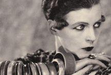 Nancy Cunard / Nancy Clare Cunard, née le 10 mars 1896 à Nevill Holt (Leicestershire) et morte le 17 mars 1965 à Paris, est une femme-écrivain anglaise, rédactrice en chef et éditrice, militante politique, anarchiste et poète. Elle devient la muse de nombreux écrivains et artistes des années 1920 et 1930, parmi lesquels Wyndham Lewis, Aldous Huxley, Tristan Tzara, Ezra Pound, et Louis Aragon, qui comptèrent parmi ses amants.