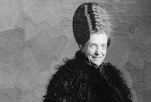 Louise Bourgeois / Louise Joséphine Bourgeois, née à Paris le 25 décembre 1911 et morte à New York le 31 mai 2010, est une sculptrice et plasticienne française, naturalisée américaine. Louise Bourgeois est née en France et y a grandi, mais l'essentiel de sa carrière artistique s'est déroulé à New York, où elle s'est installée en 1938 après avoir épousé l'historien d'art américain Robert Goldwater (1907-1973).