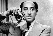 Alfred Eisenstaedt / Alfred Eisenstaedt (6 décembre 1898, Tczew - 24 août 1995, New York) était un photographe et un photojournaliste américain d'origine allemande. Il devint photographe professionnel en 1929. Quatre ans plus tard, il réussit à photographier une réunion entre Adolf Hitler et Benito Mussolini en Italie. Tout d'abord accepté par les Nazis, il fut rapidement persécuté comme Juif et émigra aux États-Unis en 1935 et vécut à New York le restant de ses jours.
