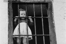 Edouard Boubat / Édouard Boubat, né le 13 septembre 1923 et mort le 30 juin 1999 à Paris, est un photographe français. Il a fait partie des trois photographes principaux de la revue Réalités de 1957 à 1970. Il fut, avec Brassaï, Willy Ronis, Robert Doisneau, Izis, l'un des cinq principaux représentants de la photographie humaniste française. Son œuvre empreinte de poésie fera dire de lui à Jacques Prévert : « Boubat, un correspondant de paix ». Ses photographies sont diffusées par l'agence Gamma-Rapho.