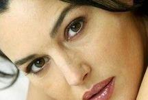 Monica Bellucci / Monica Bellucci est un mannequin et une actrice italienne, née le 30 septembre 1964 à Città di Castello (Italie). En 1995, elle se fait connaître avec le film L'Appartement de Gilles Mimouni pour lequel elle sera nommée aux Césars dans la catégorie meilleur espoir féminin. À la suite de ses expériences cinématographiques remarquées, elle entame une carrière internationale et joue notamment dans la saga Matrix ou dans La Passion du Christ de Mel Gibson (2004).