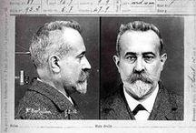 Alphonse Bertillon / Alphonse Bertillon, né à Paris le 22 avril 18531 et mort à Paris le 13 février 1914, est un criminologue français. Il est le fondateur, en 1882, du premier laboratoire de police d'identification criminelle et le créateur de l'anthropométrie judiciaire, appelée « système Bertillon » ou « bertillonnage », un système d'identification rapidement adopté dans toute l'Europe, puis aux États-Unis, et utilisé en France jusqu'en 1970.