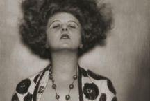 Anita Berber / Anita Berber, née le 10 juin 1899 à Leipzig et morte le 10 novembre 1928 (à 29 ans) à Berlin, est une danseuse et actrice allemande, connue pour sa bisexualité, son addiction aux drogues et au fait d'avoir été une des premières danseuses à danser nue.
