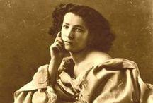 Sarah Bernhardt / Henriette-Marie-Sarah Bernardt dite Sarah Bernhardt (Paris, octobre 1844 - Paris, 26 mars 1923) est une des plus importantes actrices françaises du XIXe siècle et du début du XXe siècle. Appelée par Victor Hugo « la Voix d'or », mais aussi par d'autres « la Divine » ou encore l'« Impératrice du théâtre », elle est considérée par beaucoup comme une des plus grandes tragédiennes françaises du XIXe siècle. Jean Cocteau inventa pour elle l'expression de « monstre sacré ».