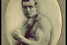 Arthur Cravan / Arthur Cravan, de son vrai nom Fabian Avenarius Lloyd, né le 22 mai 1887 à Lausanne (Suisse) et disparu dans le Golfe de Tehuantepec en 1918, est un poète et boxeur britannique de langue française. Fils d'Otho Holland Lloyd, il est le neveu d'Oscar Wilde qui avait épousé Constance Mary Lloyd, sœur d'Otho, en 1884.