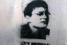 Guy Debord / Guy Debord (1931-1994) est un écrivain, essayiste, cinéaste, poète1 et révolutionnaire français. Il se considère avant tout comme un stratège. C'est lui qui a conceptualisé la notion sociopolitique de « spectacle », développée dans son œuvre la plus connue, La Société du spectacle (1967). Debord a été l'un des fondateurs de l'Internationale lettriste de 1952 à 1957, puis de l'Internationale situationniste de 1957 à 1972, dont il a dirigé la revue française.