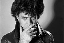 Pedro Almodóvar / Pedro Almodóvar Caballero est un réalisateur de cinéma espagnol, né le 24 septembre 1949 à Calzada de Calatrava dans la province de Ciudad Real et la communauté autonome de Castille-La Manche, en Espagne. Il est l'un des cinéastes emblématiques de la nouvelle vague espagnole.