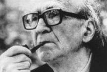 Mircea Eliade / Mircea Eliade, né le 13 mars 1907 à Bucarest (Roumanie) et mort le 22 avril 1986 à Chicago (États-Unis), est un historien des religions, mythologue, philosophe et romancier roumain. Polyglotte, il parlait et écrivait couramment cinq langues : le roumain, le français, l'allemand, l'italien et l'anglais. Il lisait aussi l'hébreu, le persan et le sanskrit. Il est considéré comme l'un des fondateurs de l'histoire moderne des religions.