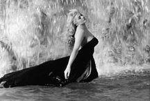 Anita Ekberg / Anita Ekberg, née Kerstin Anita Marianne Ekberg le 29 septembre 1931 à Malmö en Suède et morte le 11 janvier 2015 à Rocca di Papa en Italie, est un mannequin et une actrice italienne d'origine suédoise. Elle est surtout connue pour son rôle dans le film de Federico Fellini, La dolce vita (1960), qui comporte une scène fameuse dans la fontaine de Trevi à Rome. Bob Hope aurait déclaré à son propos que ses parents mériteraient le prix Nobel d'architecture.