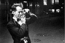 Robert Frank / Robert Frank est un photographe et réalisateur américain d'origine suisse, né le 9 novembre 1924 à Zurich (Suisse). Il est le fils d'Hermann Frank, décorateur d'origine allemande, et de Régina Zucker née dans une famille d'industriels. Ayant découvert la photographie dans sa douzième année, il entre, en 1941, en apprentissage chez Hermann Segesser : celui-ci lui fait découvrir Paul Klee.