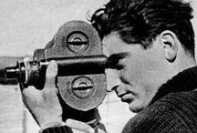 Robert Capa / Robert Capa, pseudonyme d'Endre Ernő Friedmann, né le 22 octobre 1913 à Budapest et mort le 25 mai 1954 en Indochine, est un photographe et correspondant de guerre hongrois, naturalisé américain. Il a couvert les plus grands conflits de son époque et est l'un des fondateurs de la coopérative photographique Magnum, première de ce genre à voir le jour.