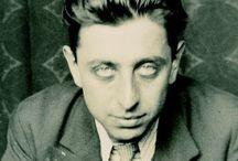 Robert Desnos / Robert Desnos est un poète français, né le 4 juillet 1900 à Paris et mort du typhus le 8 juin 1945 (à 44 ans) au camp de concentration de Theresienstadt, en Tchécoslovaquie à peine libéré du joug de l'Allemagne nazie.