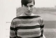 Marianne Brandt / Marianne Brandt (1er octobre 1893 – 18 juin 1983), née Marianne Liebe, est une peintre, photographe et designer allemande qui fit partie du Bauhaus. Elle est surtout connue pour ses créations à l'atelier de métal du Bauhaus.