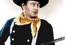 John Ford / John Ford, dont l'état civil était John Martin Feeney, est un réalisateur américain, également producteur, né le 1er février 1894 à Cape Elizabeth près de Portland (Maine) et mort le 31 août 1973 à Palm Desert (Californie). Il a été quatre fois lauréat de l'Oscar du meilleur réalisateur. Il fut l'un des réalisateurs effectuant le moins de prises par plan (ratio de 2,5). « Nous devons à John Ford le droit accordé au metteur en scène de superviser le montage ».