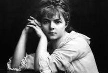 Marie Bashkirtseff / Marie Bashkirtseff, née Maria Konstantinovna Bashkirtseva (en russe : Мария Константиновна Башкирцева) à Gavrontsi (ru) près de Poltava, en Ukraine (Empire russe) le 11 novembre 1858 et morte à Paris, le 31 octobre 1884, est une diariste, peintre et sculptrice d'origine ukrainienne.