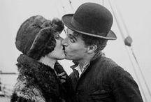 Charlie Chaplin / Charles Spencer Chaplin, dit Charlie Chaplin (né le 16 avril 1889 à Londres - 25 décembre 1977 à Corsier-sur-Vevey), est un acteur, réalisateur, scénariste, producteur et compositeur britannique qui devint une idole du cinéma muet grâce à son personnage de Charlot. Durant une carrière qui ne dura pas moins de 65 ans, il joua dans plus de 80 films, et sa vie publique et privée a fait l'objet d'adulation comme de controverses.