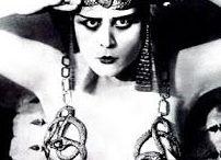 Theda Bara / Theda Bara, de son vrai nom Theodosia Burr Goodman, est une actrice américaine du cinéma muet, née le 29 juillet 1885 à Cincinnati, Ohio et décédée le 7 avril 1955 à Los Angeles, Californie.