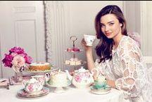Cottage chic - Un tè con Miranda Kerr / Il fascino di un cottage inglese, tra l'eleganza di peonie rosa, farfalle e meravigliose porcellane, rigorosamente Royal Albert. Scoprite la collezione di Miranda Kerr per Royal Albert.