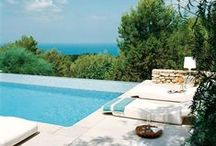 Estate Mediterranea / Un casale si adagia tra il verde della natura e il turchese del mare, raccontando un'Estate ricca di emozioni. Profumo di ulivi e agrumi per un relax tutto mediterraneo...