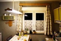 Plissees / Pleats / Plissees ist ein Produkt aus dem Bereich der Sonnenschutzanlagen. Oftmals auch als Faltstores bezeichnet kommen sie im Innenbereich an Fenstern und Türen zum Einsatz. Ihre moderne Technik hat einige Vorteile gegenüber einem Rollo. Bei einem Plissee wird der Stoff beim Öffnen zu einem Paket zusammengefaltet. Somit bedarf diese Sonnenschutzanlage keiner Rolle, wie dies bei Innenrollos der Fall ist. Wir wünsche Euch viel Spass mit interessanten Fotos, durch die Falten im Stoff des Plissees!
