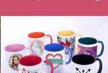 Tassen & Untersetzer / Für Teeliebhaber oder Kaffeetrinker ist die Tasse immer ein treuer Begleiter. Deshalb sollte jeder seine eigene, ganz persönliche Tasse haben. Bei Personello gibt es tolle Möglichkeiten, wie ihr eure Tassen mit einem Spruch oder Motiv gestalten könnt. Mit einer schönen Fototasse für die Schwester oder Tiere, Blumen oder anderen Motive für Kinder oder einem gravierten Teeglas kannst du deinen Lieben zu Weihnachten oder Geburtstag sicher eine Freude machen.