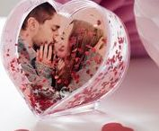 Romantische Geschenke / Romantische Geschenke für Verliebte und Romantiker zum Jahrestag oder Valentinstag oder einfach als kleine Aufmerksamkeit als Zeichen der Liebe. Übermittle deine Liebesbotschaft deinem/r Freund/Freundin auf originelle und kreative Art. Zeig deinem Lieblingsmenschen mit einem individuellen Geschenk wie sehr du ihn liebst. Bei Personello findest du was du brauchst.