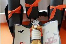 Halloween - Inspiration / Kürbisschnitzen, Hexen und sonstiges Gruselzeug. Zu Halloween gehört natürlich das perfekte Kostüm mit dem richtigen Makeup, aber auch das richtige Essen und die Deko darf nicht fehlen. Mit unseren Ideen für die perfekte Halloween Party könnt ihr Desserts wie Kürbis-Cupcakes backen und Deko sowie Geschenke selbst basteln.  Happy Halloween! :)
