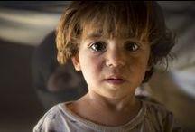 Red de kinderen in Syrie / Syrische kinderen zijn de onschuldige slachtoffers van het geweld in hun thuisland. Kinderen worden gemarteld, vermoord en voor het leven getekend. Help ons om de scherven van hun bestaan weer bij elkaar te vegen. Doneer vandaag nog, zodat we de zwaar getraumatiseerde vluchtelingen in Jordanië kunnen opvangen en laten bijkomen van de drama's die zich voor hun ogen hebben afgespeeld. Alstublieft, Syrische kinderen hebben uw hulp echt heel hard nodig. http://www.savethechildren.nl/syrie