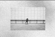 A través de mi ventana, proyecto del Curso de Un Año de Fotografía y Diseño Gráfico / Nadie me mostró que era el skate, mi única referencias eran las personas que pasaban patinando enfrente de mi casa y, tal vez, algunos juegos de vídeo.  Siempre quise estar por ahí en la calle, tener una pandilla skate, pero era muy pequeño para hacerlo. Por suerte tenia a mi hermano que alguna vez, cuando no estaba ocupado atendiendo su adolescencia, me acompañó al parque y me enseñó a patinar.